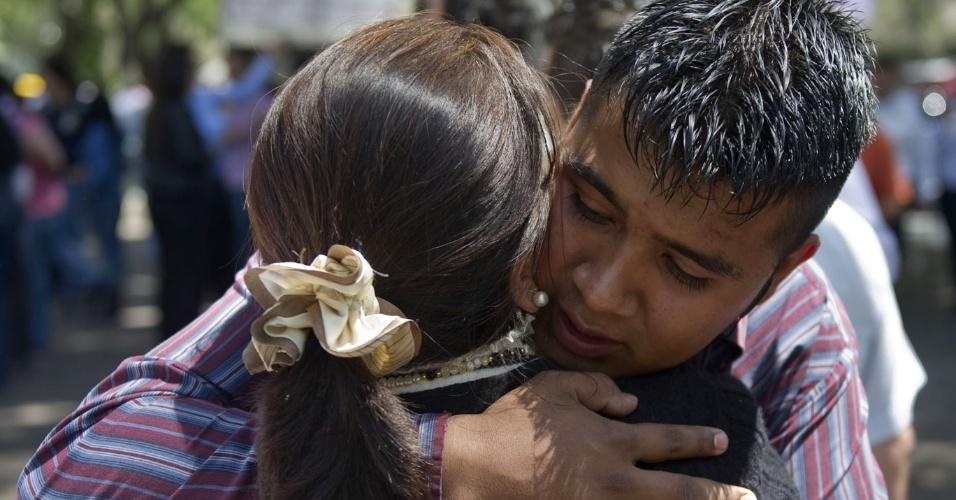 Casal se abraça ao se encontrarem pelas ruas da Cidade do México após um terremoto atingir o sul do México