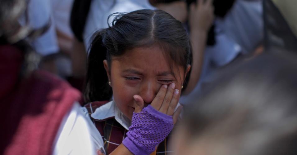 Criança chora no lado de fora de uma escola no bairro de Roma, na Cidade do México, após um terremoto atingir o sul do México