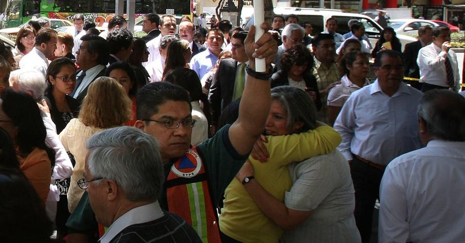 Habitantes da Cidade do México seguem as indicações de evacuação após um forte terremoto que atingiu o sul do México