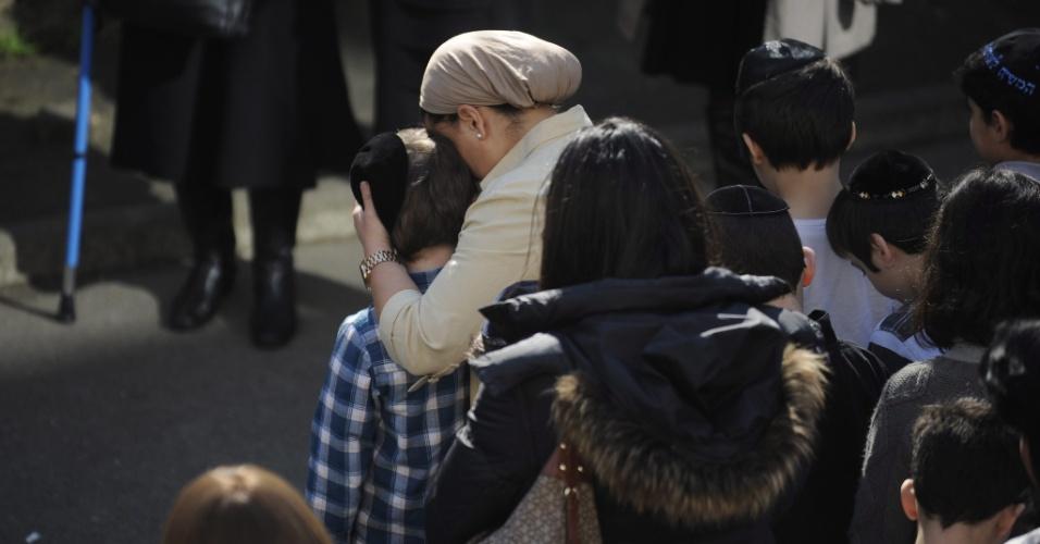 Mãe consola filho no colégio judaico Ozar Hatorá, em Toulouse, na França