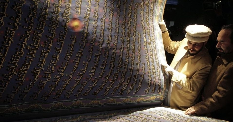 Maior exemplar do corão, livro sagrado dos muçulmanos, foi desenvolvido pelo calígrafo do Afeganistão, Mohammad Saber Yaqoti Hussaini Khedri (esquerda). O afegão demorou cinco anos para produzir o exemplar e contou também com ajuda de nove estudantes de caligrafia. O projeto foi financiado por Sayed Mansoor Nadri, importante liderança religiosa no Afeganistão