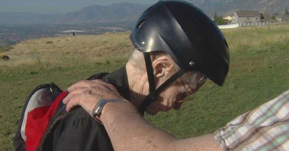Mary Hardison, de 101 anos de idade, foi consagrada hoje pelo Livro dos Recordes como a mulher mais velha a voar de paraglider no mundo. Ela, que é de Ogden, em Utah, nos Estados Unidos, decidiu fazer o voo depois que seu filho de 75 anos --que voa de paraglider-- disse que ela não poderia impedi-lo de fazer algo que ela não tinha nem mesmo tentado fazer