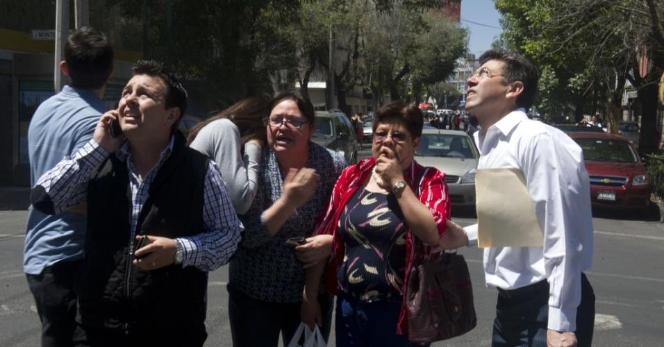 Mexicanos saem correndo para as ruas da Cidade do México por segurança, após um terremoto de magnitude 7,6 que atingiu o país nesta terça-feira (20)