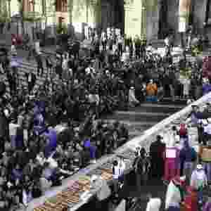 Mexicanos se deliciaram com uma fatia de uma rosca de reis de 740 metros de comprimento e 9,3 toneladas de peso, considerada a maior do mundo, como parte de uma festa religiosa católica, na praça central de Zócalo da capital - Mario Guzmán/EFE