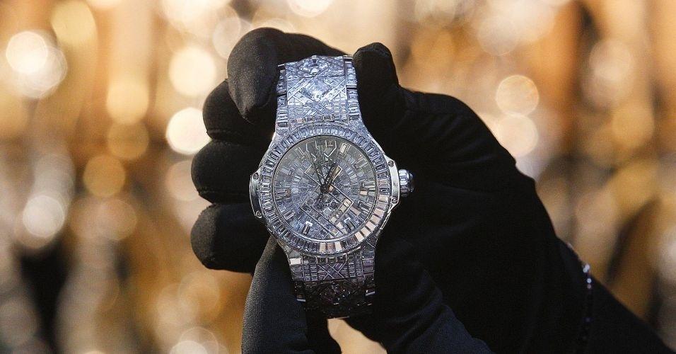 O relógio de pulso mais caro do mundo foi apresentado pela relojoaria suíça Hublot, com preço estimado em US$ 5 milhões (cerca de R$ 8,9 milhões). A peça de mais de 140 quilates é feita com ouro branco e possui 1.282 diamantes incrustados nela