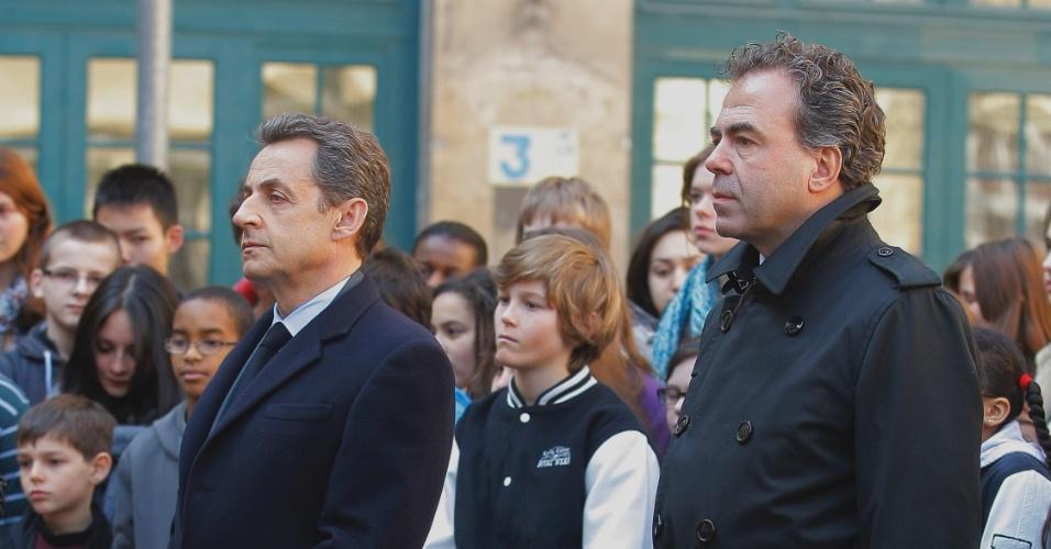 Presidente francês Nicolas Sarkozy (à esq.) e o ministro da Educação, Luc Chatel, dedicam um minuto de silêncio às vitimas do tiroteio no colégio judaico Ozar Hatorá, em Toulouse