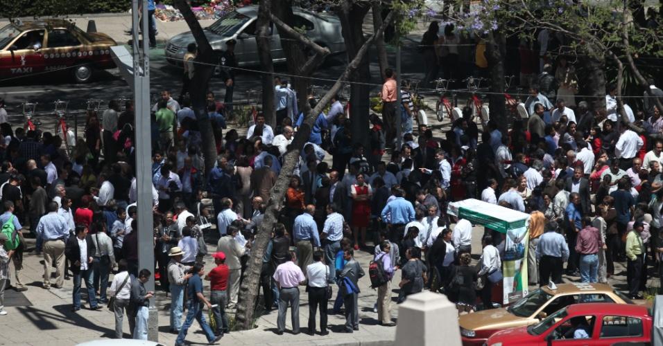 Trabalhadores e moradores se reúnem em uma praça após evacuarem os edifícios durante um terremoto que atingiu a Cidade do México