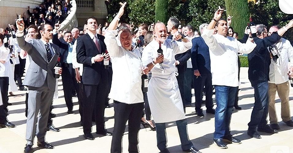 Um grupo de 308 pessoas se reuniu no hotel Bellagio, em Las Vegas (Estados Unidos) para bater o recorde do maior número de pessoas desarrolhando garrafas de vinho simultaneamente