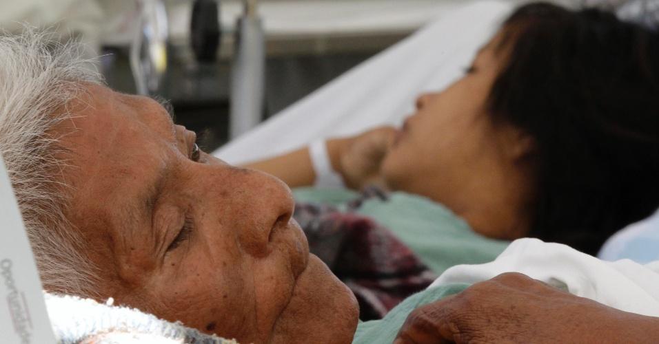 Doentes de hospital danificado pelo terremoto que atingiu o México foram transferidos para uma sala de emergência improvisada em Ometepec, no estado mexicano de Guerrero. O incidente deixou 11 feridos e afetou 2.800 construções
