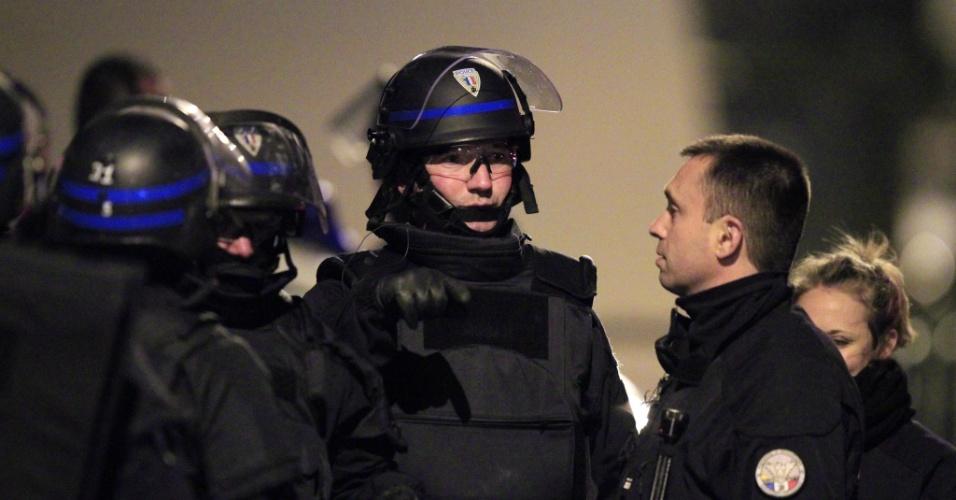Membros das forças especiais da polícia francesa se preparam para possível invasão na casa de Mohamed Merah, 23, suspeito dos assassinatos na escola judaica em Toulouse, na França