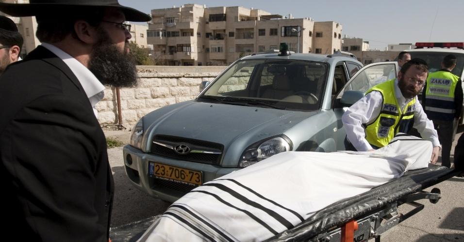 Voluntários carregam o corpo de Rabbi Jonathan Sandler, 30, que chegou ao aeroporto internacional de Jerusalém com os corpos de seus filhos Arieh, 5, e Gabriel, 4, e da garota Miriam Monsonego, 7, para o funeral. Eles morreram durante tiroteio em escola judia de Toulouse, na França