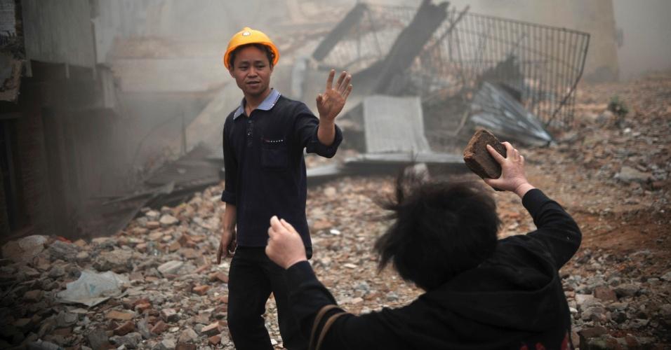 A chinesa Huang Sufang reage à demolição, por engano, de parte de sua residência no vilarejo de Yangji, em Guangzhou, na China