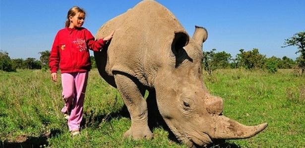 """A russa Elizaveta Tishchenko, de 12 anos, tornou-se a melhor amiga do rinoceronte branco Max e ama """"mais que tudo na vida"""" abraçar sua pele áspera. Tem gosto pra tudo..."""