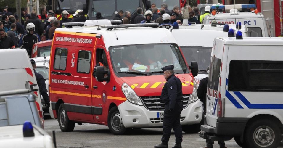 Ambulância chega a bairro residencial de Toulouse, na França, onde foi morto o jovem Mohamed Merah, suspeito de ser o atirador que matou três crianças e um rabino em uma escola local. O ministro do Interior da França, Claude Guéant, disse que Merah morreu ao pular da janela do apartamento em que estava, assim que a polícia invadiu o local