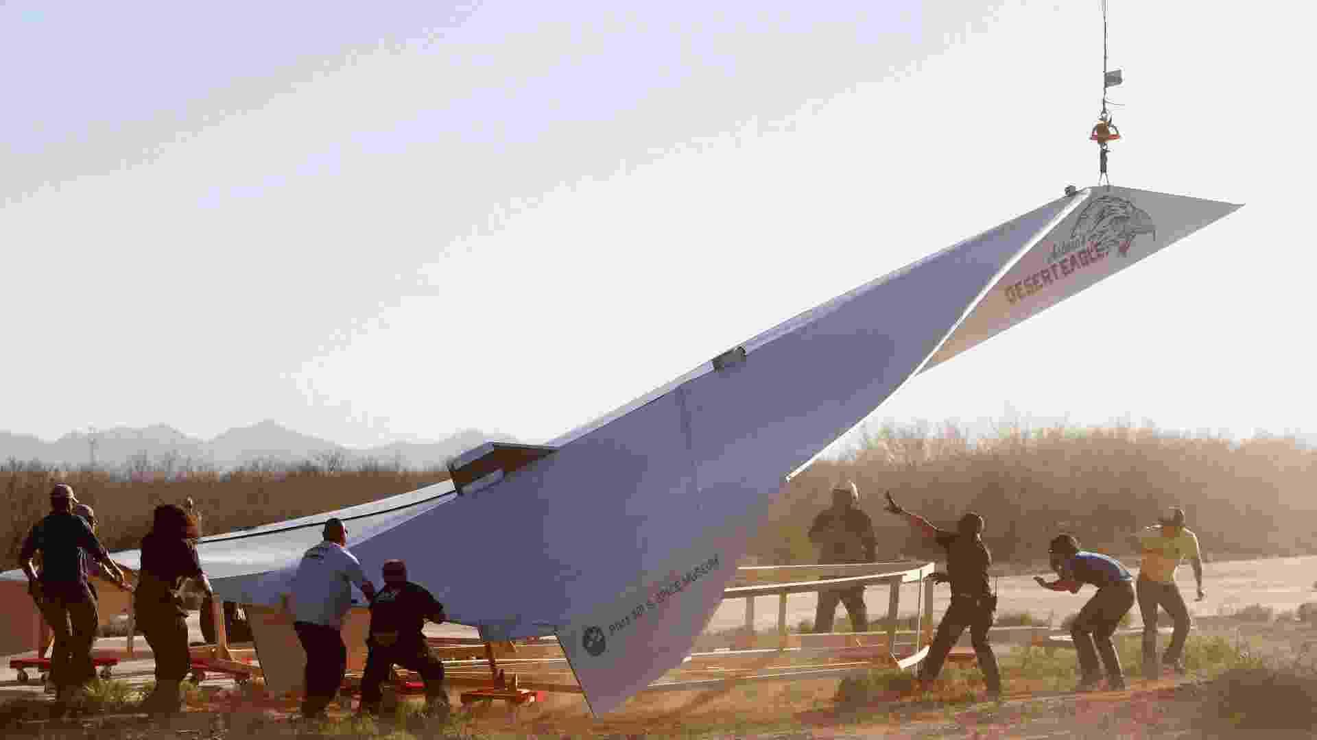 Avião de papel enorme é lançado nos EUA - Joshua Lott/Reuters