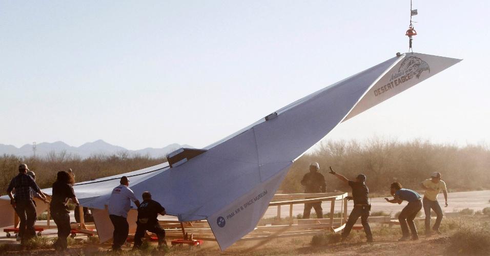 Avião de papel enorme é lançado nos EUA