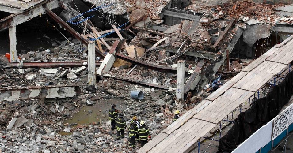 Bombeiros observam escombros de edifício comercial que desabou em Nova York, nos Estados Unidos. Ao menos três operários foram resgatados com vida
