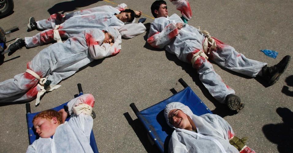 Estudantes israelenses exercem o papel de vítimas durante simulação de uma catástrofe realizada por serviços de emergência em Jerusalém, em Israel