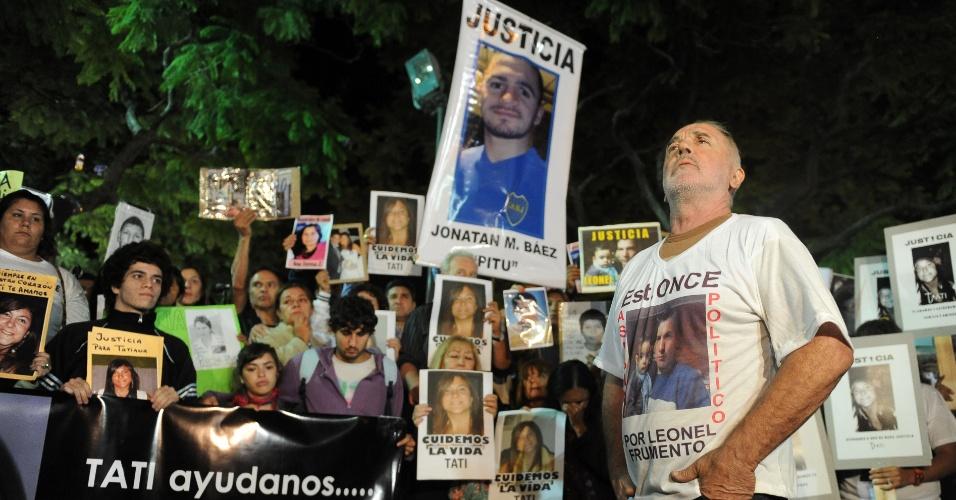 Familiares e amigos das vítimas do acidente de trem ocorrido no mês passado na estação Once, em Buenos Aires, que deixou 51 pessoas mortas,  protestam no centro da capital argentina