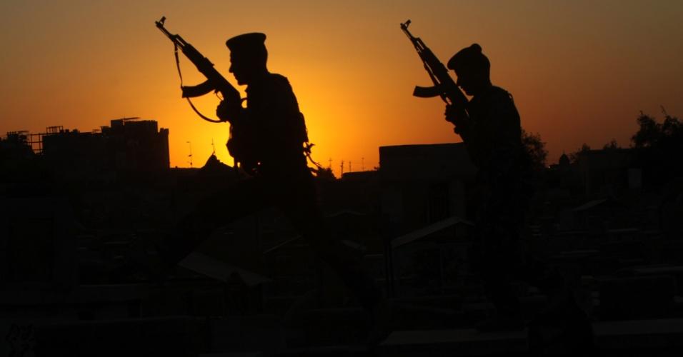 Forças de segurança iraquianas patrulham cemitério em Najaf, 160 km ao sul de Bagdá