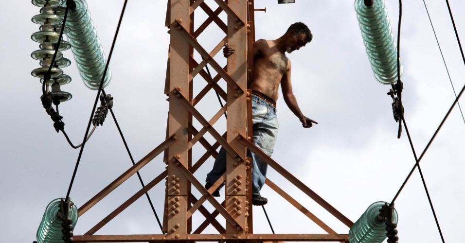 Homem escala torre e deixa cidades sem energia em São Paulo