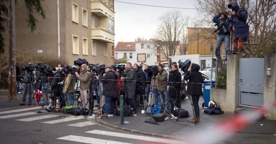 Jornalistas aguardam negociações entre policiais e bombeiros e o suspeito de ser o atirador de uma escola em Toulouse, na França