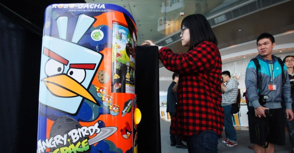 Jovem experimenta o novo jogo ?Angry Birds Space? durante cerimônia de lançamento do game em Hong Kong, na China