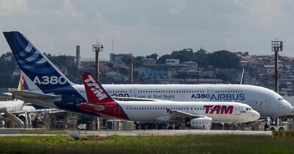Maior avião de passageiros da história, o A380, desembarca no aeroporto de Guarulhos, em São Paulo
