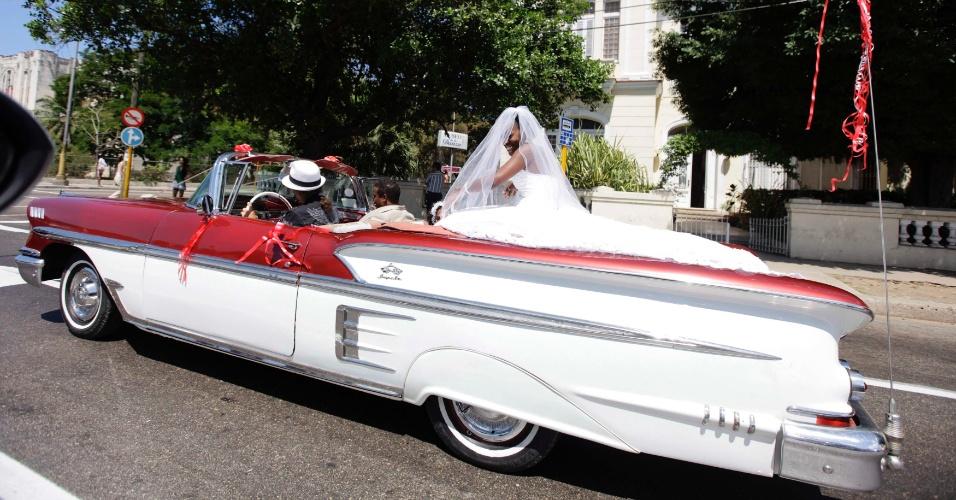 Noiva é levada a casamento em Chevrolet Impala 1958 conversível em Havana, em Cuba