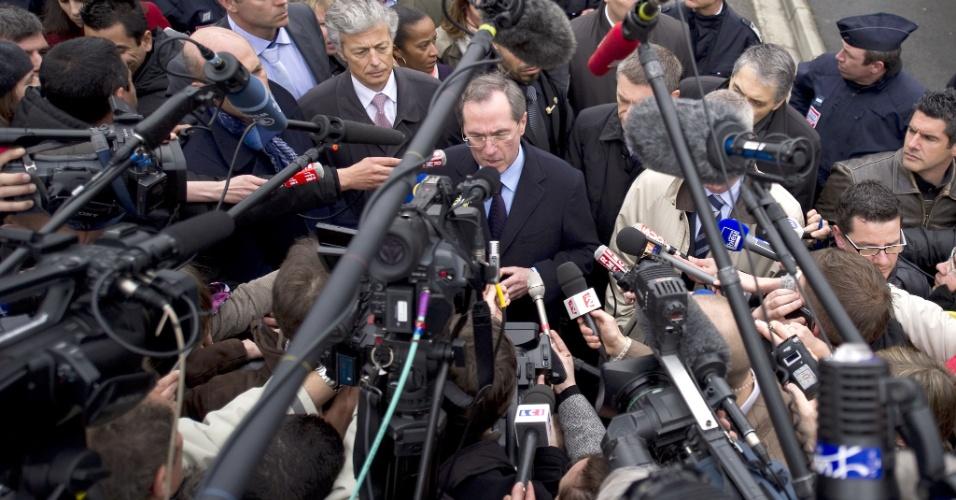 O ministro do Interior da França, Claude Guéant (no centro), disse que o jovem Mohamed Merah, suspeito de ser o atirador que matou três crianças e um rabino em uma escola local, morreu ao pular da janela do apartamento em que estava, assim que a polícia invadiu o local, em bairro residencial de Toulouse, na França