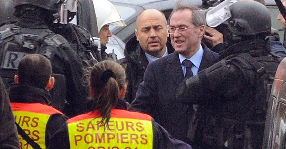 O ministro do Interior francês, Claude Guéant, disse que, durante a noite, não foi possível estabelecer contato com o suposto assassino de sete pessoas em Toulouse e na região nos últimos dias, e por isso não pode afirmar se ele ainda está vivo