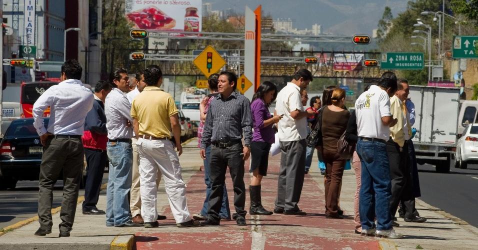 Pessoas se reúnem em avenida da Cidade do México, no México, após um novo tremor de 5 graus na escala Richter