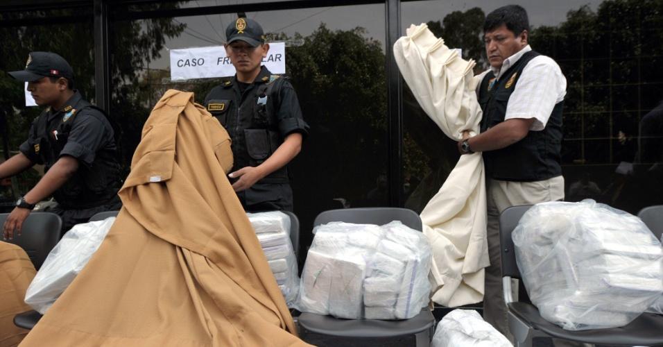 Policiais peruanos apresentaram toneladas de drogas apreendidas pela divisão antidrogas nas últimas semanas, em Lima