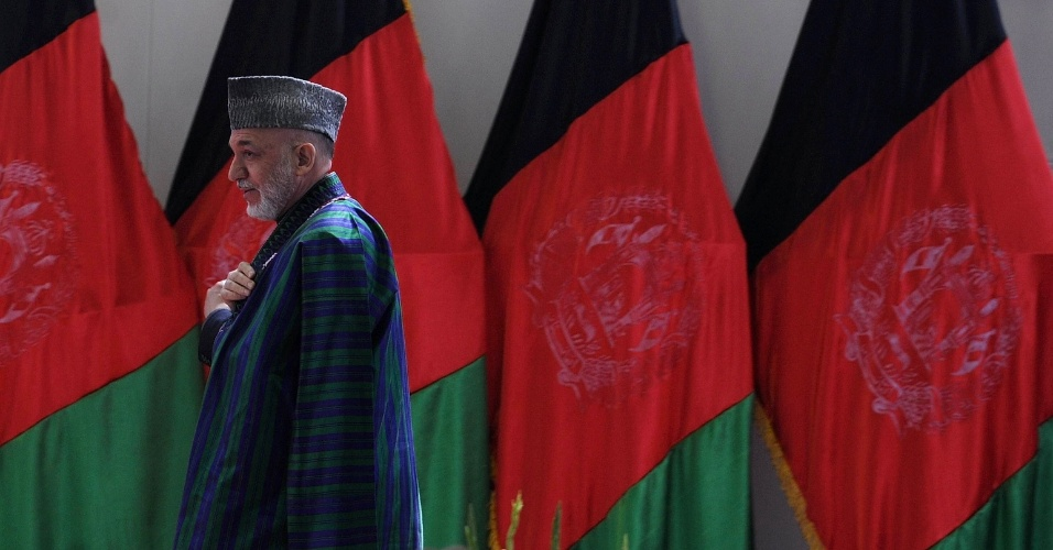 Presidente do Afeganistão, Hamid Karzai, caminha minutos antes de discursar em escola militar de Cabul, capital do país