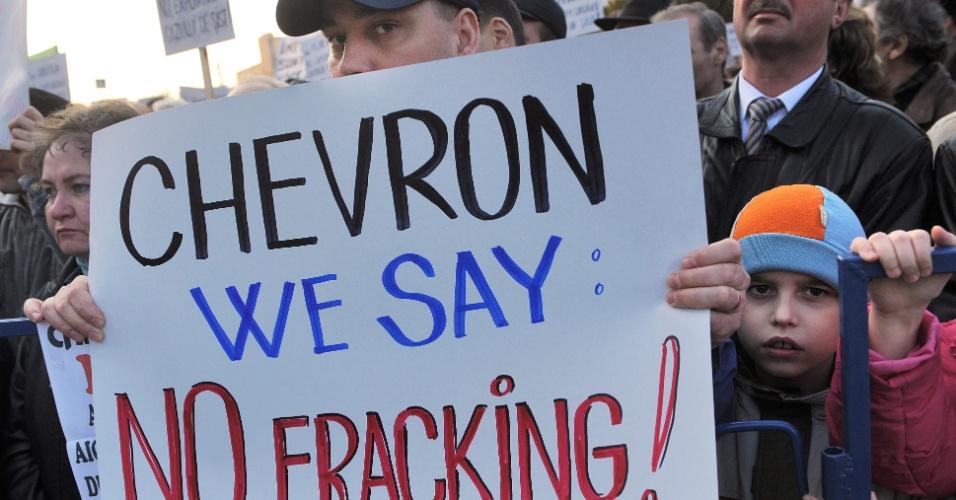 Romenos da cidade de Barlad, a 250 quilômetros de Bucarest, capital do país, protestam nesta quinta-feira (22) contra a petrolífera Chevron