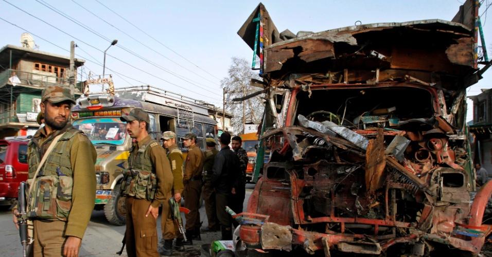 Soldados protegem caminhão atingido nesta quinta-feira (22) por explosão de um carro-bomba na cidade de Bijbehara, na Índia. O motorista que conduzia o veículo morreu e pelo menos 20 pessoas ficaram feridas