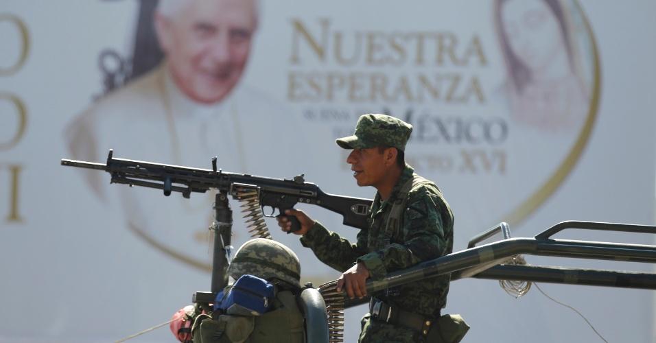 Soldados repassam na cidade de León, no México, esquema de segurança planejado para a visita do papa Bento 16 ao país