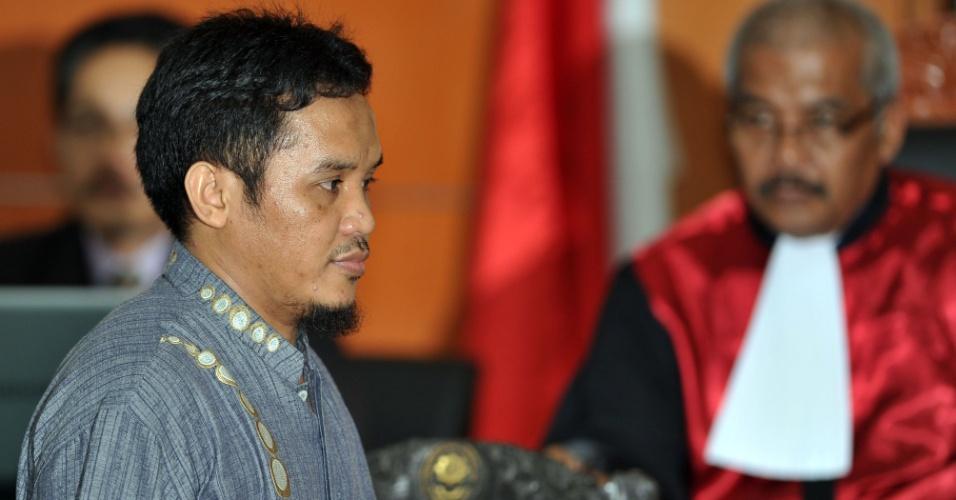 Terrorista indonésio condenado em fevereiro pela morte de 202 pessoas chega a tribunal para julgamento do suspeito de atentados a bomba Umar Patek em Jacarta, na Indonésia