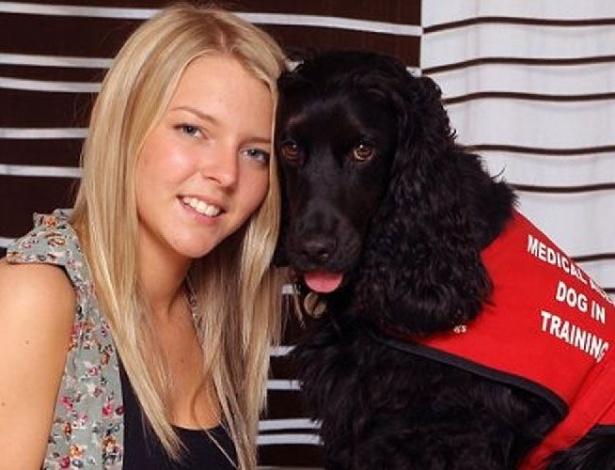 Theo, um cão da raça Cocker Spaniel, foi ensinado a lamber o rosto e o pescoço da jovem inglesa Kelly até que ela acorde. Isso porque a loirinha sofre de uma doença do sono, e cai dormindo sem aviso nenhum. Isso é que é amigão