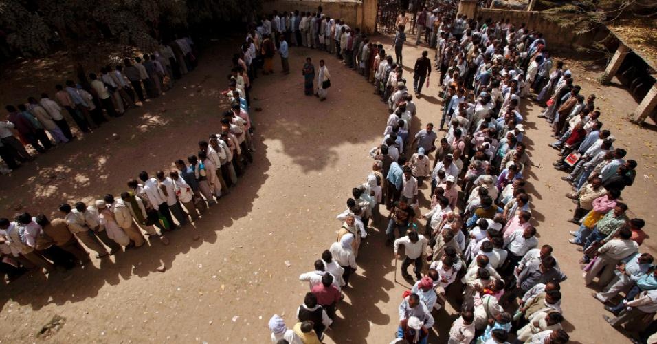 Trabalhadores indianos desempregados fazem fila nesta para se registrar em uma agência de emprego na cidade de Allahabad, na Índia