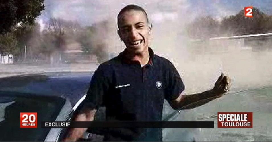 Tv francesa mostra imagem de Mohamed Merah, suposto atirador que matou três crianças e um rabino em escola de Toulouse, na França. Ele morreu ao pular da janela de um apartamento, assim que a polícia invadiu o local nesta manhã, em bairro residencial de Toulouse
