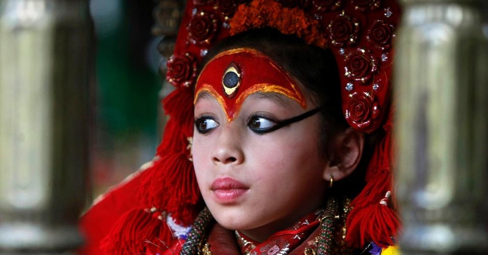 Uma Kumari (ou ?deusa viva?) observa o festival Ghode Jatra, tradicional evento anual de corridas de cavalos em Katmandu, no Nepal