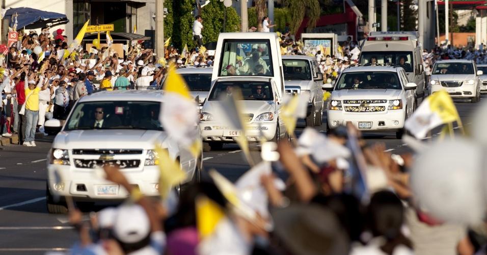 Do Papamóvel, Bento 16 cumprimenta a multidão na cidade de León, Estado de Guanajuato.  O Papa deve ficar três dias no México, antes de seguir para Cuba