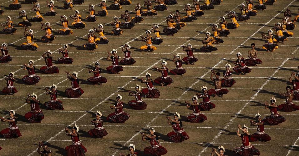 """Durante 30 minutos, 555 dançarinas apresentam o """"Odissi"""", dança típica indiana, em tentativa de entrar no Livro dos Recordes, em Bhubaneshwar, na Índia, durante o primeiro dia do Festival Internacional do Odissi."""