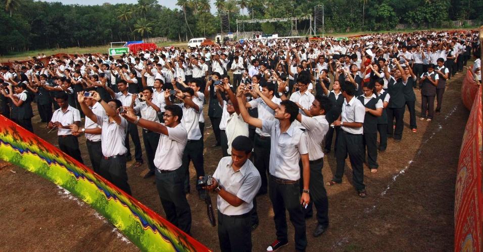 Estudantes e funcionários do Fisat (Instituto Federal de Cicência e Tecnologia) tiram fotos deles mesmos no campus da universidade, em Angamaly, ao sul da cidade de Kochi, na Índia, para bater recorde do maior número de fotos tiradas em um minuto