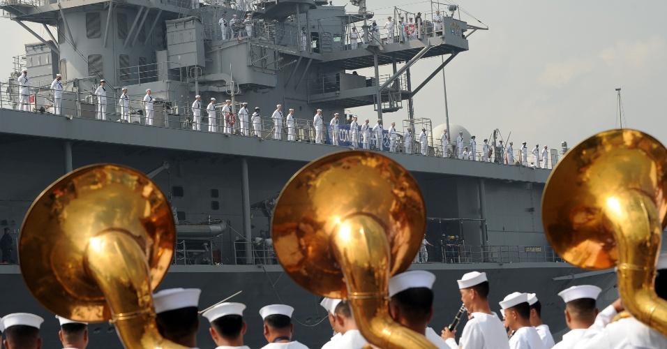Homens da Marinha filipina dá boas-vindas à tripulação do navio americano Blueridge USS, enquanto a embarcação se prepara para atracar no porto internacional de Manila, nesta sexta-feira (23)