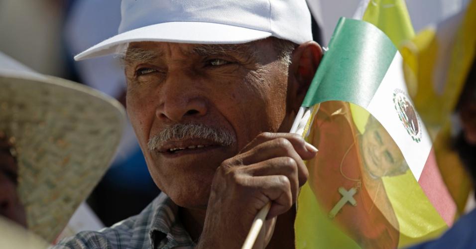Homem espera pela chegada do Papa no aeroporto de Silao, no México, onde Bento 16 desembarca nesta sexta-feira (23)