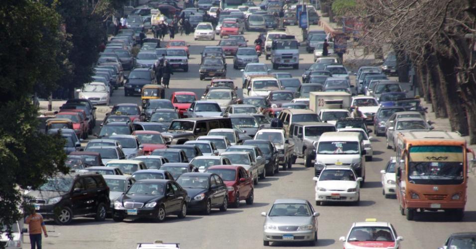 Motoristas fazem fila para abastecer em posto de combustíveis no Cairo, no Egito
