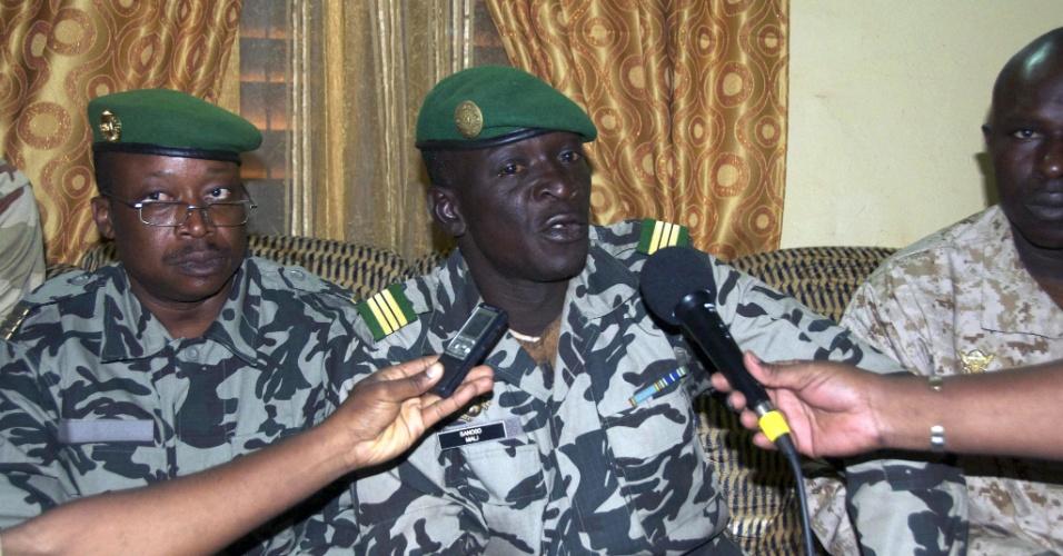 O capitão Amadu Haya Sanogo concede entrevista em um quartel de Katti, no Mali