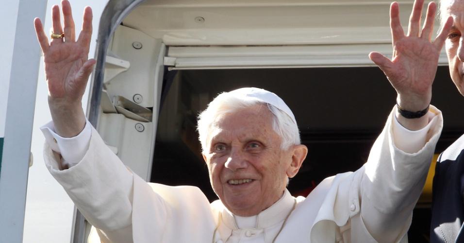 O papa Bento 16 desembarca no aeroporto de Silao, no México, onde foi recebido pelo presidente Felipe Calderón e a primeira-dama Margarita Zavala